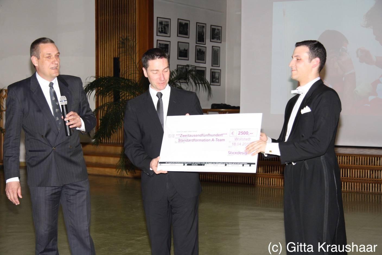 Sannes Stickdesign überreicht Spendenscheck an Rot-Weiß-Club Gießen - RWC