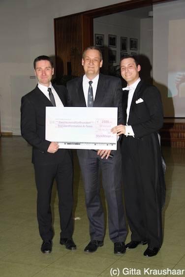 Spendenscheck: Tariner Marc Biler, Guido Böhm, Dennis Oetjen