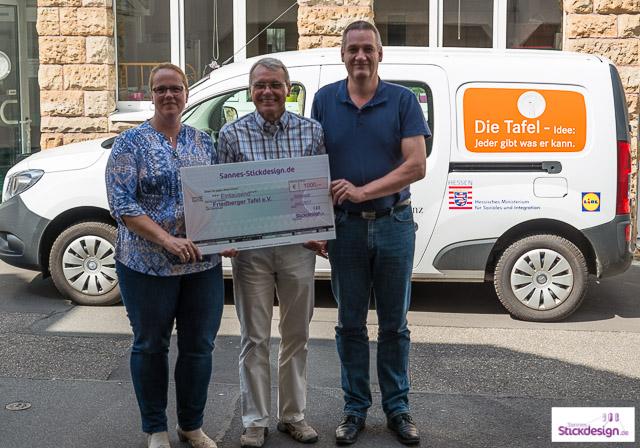 Übergabe des Spendenscheck von Sannes-Stickdesign an Peter Radl, 1. Vorsitzender der Friedberger Tafle e.V.